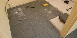 Укладка керамагранитной плитки на пол