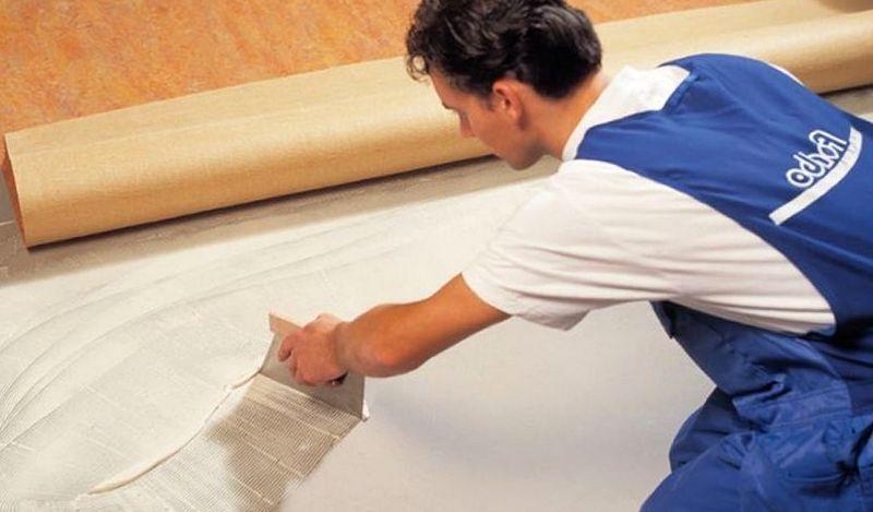 Надо ли приклеивать линолеум к полу при ремонте